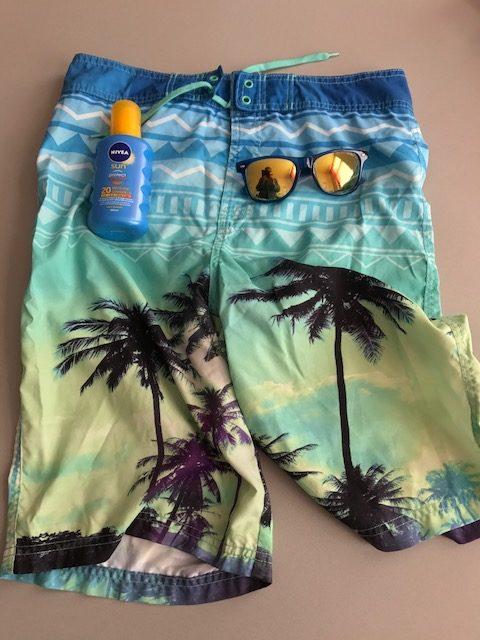 zwembroek zonnebril en zonnebrand
